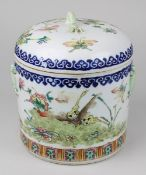 Chinesische Vorratsdose, China Anfang 19. Jh., zylindrische Form, Wandung und Deckel mit polychrom