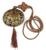 Anhänger aus braunem Stein, wohl Jade, China Mitte 20. Jh., aus 2 schalenförmigen Teilen muschelarti