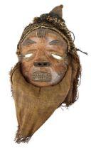 """Maske """"Mbuya"""", Pende, D. R. Kongo, weibliche Maske mit gesenkten Lidern und Ziernarben, helles Holz"""