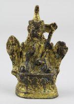 Padmasambhava, Bronze vergoldet, Tibet 7./18. Jh., Figur des Guru Rimpoche mit Federhut, auf einem L