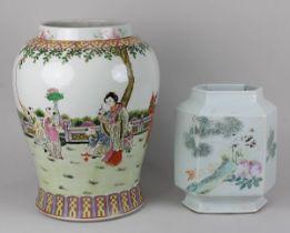 2 Porzellan-Vasen mit Yongzheng-Marke: Porzellan, weißer Scherben, frei gedrehter Korpus, polychrom