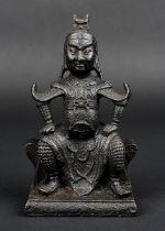 Kriegerfigur aus Eisen, China 18. Jh., vollplastische Figur eines auf einem Hocker sitzenden Krieger