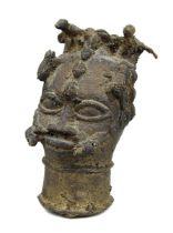Kleiner Ritualkopf aus Bronze, Benin, Nigeria, mit 2 Vögeln über der Stirn, Kröten an den Schläfen u