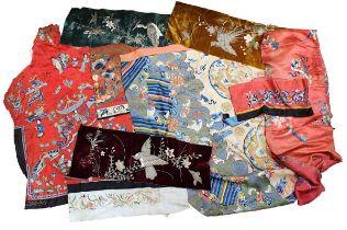 9 bestickte Textilfragmente, meist chinesische Seide, um 1900, bestehend aus: 6 Fragmente prachtvoll