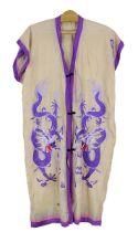 Seidenes Hauskleid bestickt mit Drachen, China um 1900, kurze gerade Form ohne Ärmel, aprikotfarbene