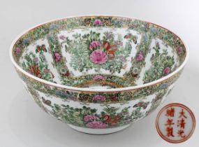 Famille verte Schale, China 19. Jh., Porzellan weißer Scherben, innen und außen polychrom in Emailfa