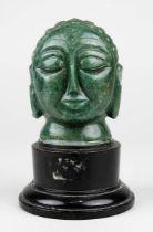 Buddha-Kopf aus Aventurin geschnitzt, Indien um 1920, nachträglich auf älteren europäischen Holzsock