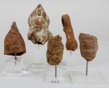 5 Kopf-Fragmente von Terracotta-Figuren, Ägypten, ptolemäisch / römisch, alle auf Kunststoffsockeln,