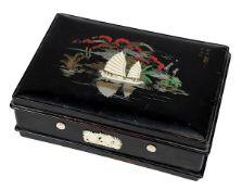 Lack-Schminkschatulle, China um 1900, schwarz lackiertes Holz, anscharnierter Deckel, mit gemaltem F