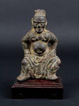 Kleine Wächterfigur aus Eisen, China, Ming-Zeit, plastische Figur eines sitzenden Wächters, mit oxid