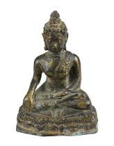 Buddha, Thailand, Bronzefigur im Mon-Dvaravati-Stil, sitzender Buddha in meditierender Haltung auf L