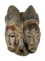 Mblo Zwillingsmaske der Baule, Côte d'Ivoire, Holz geschnitzt, partiell mit Kaolin (in Resten) gefär