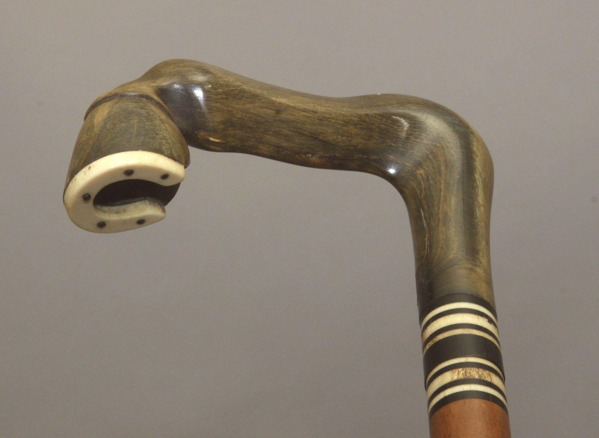 A 20th century wood, horn and bone sample walking cane - Bild 5 aus 7