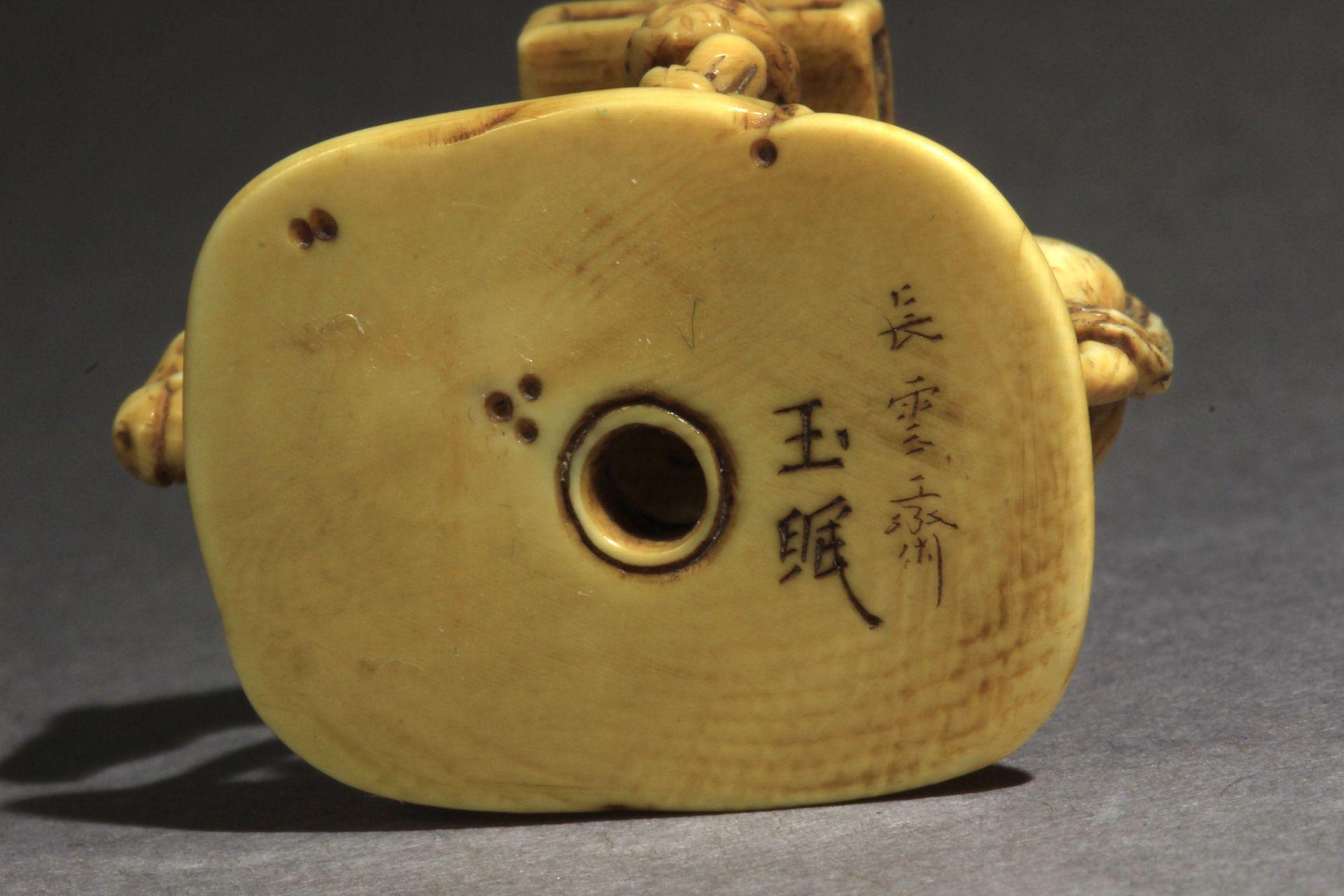 A 19th century Japanese netsuke-okimono from Edo period. Signed Gyokumin - Image 8 of 8