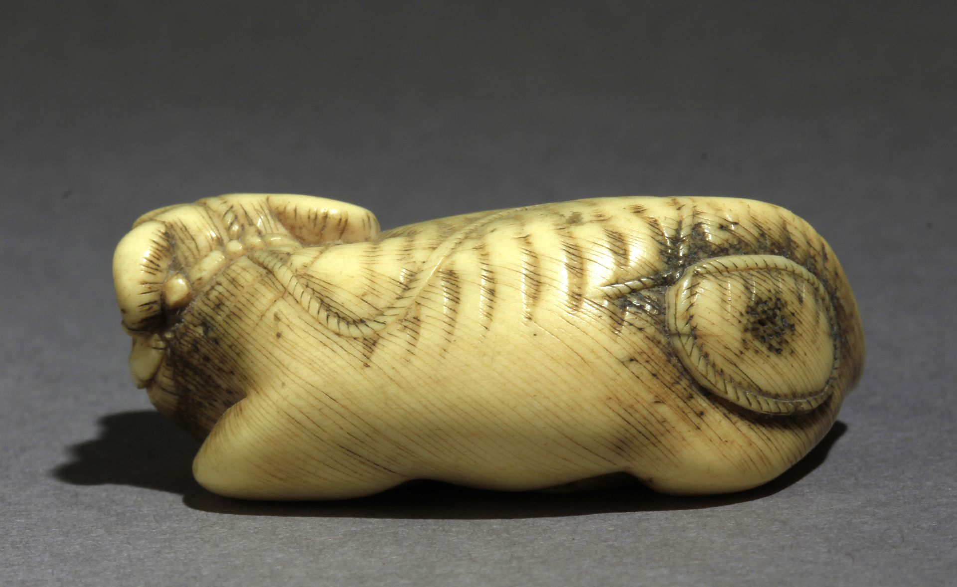 An early 19th century Japanese netsuke from Edo period - Image 4 of 7
