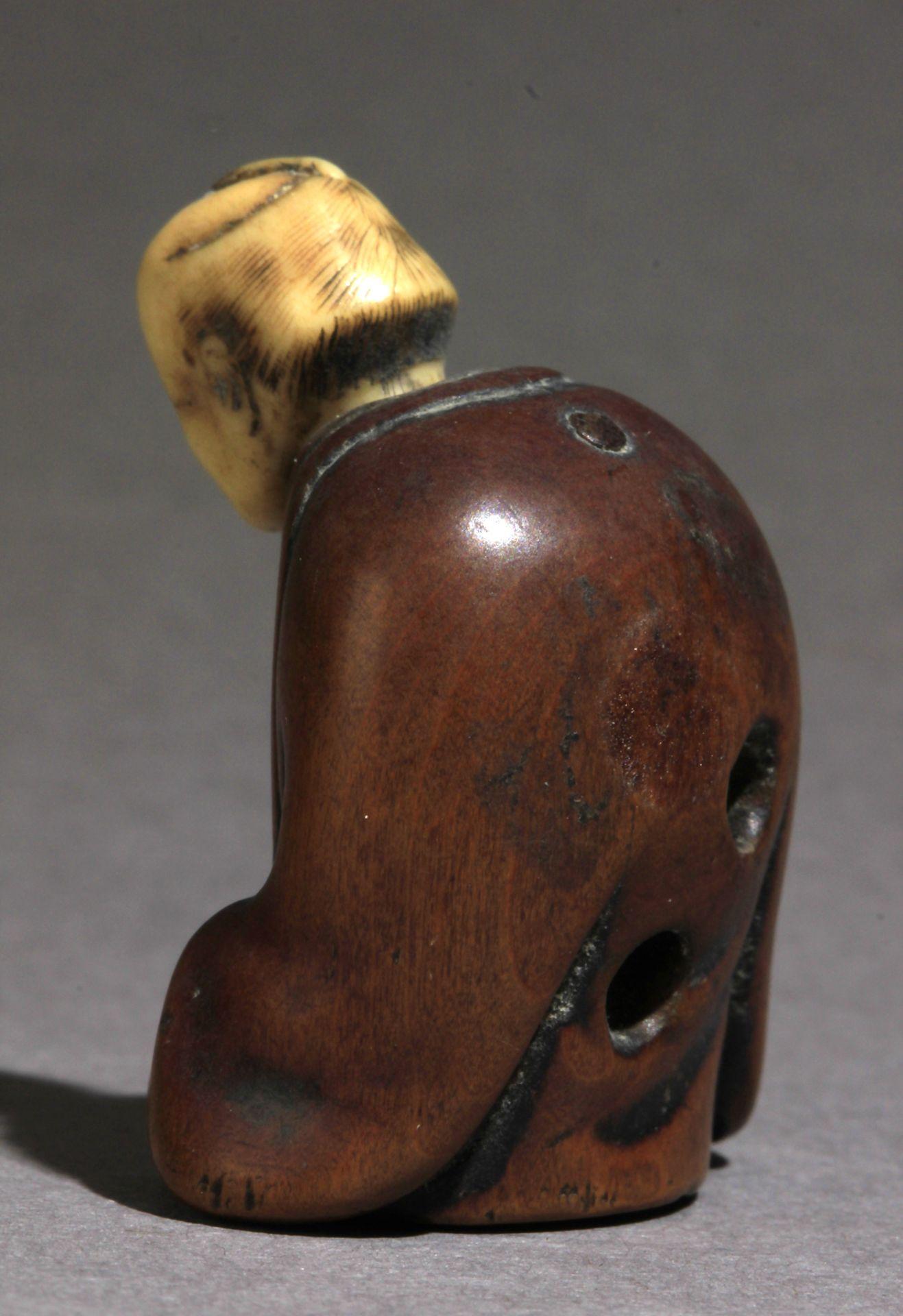 A 19th century Japanese netsuke from Edo period - Image 3 of 8