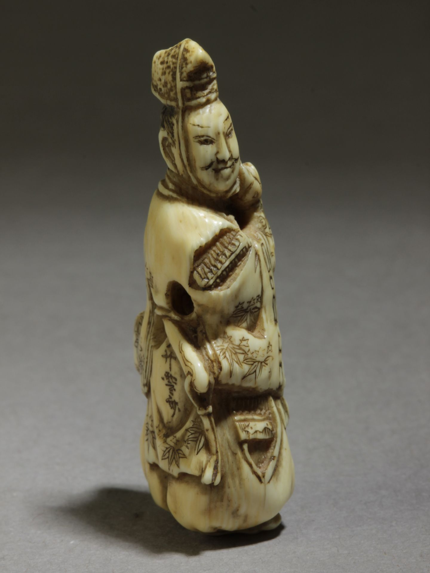 A 19th century Japanese netsuke from Edo period. Signed Shosai - Image 4 of 4