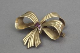 A first half of 20th century rubis and 18k. yellow gold brooch