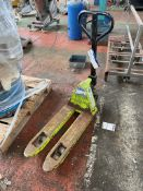 Conway 2500kg Hand Hydraulic Pallet Truck, forks 400mm x 800mm. Please read the following