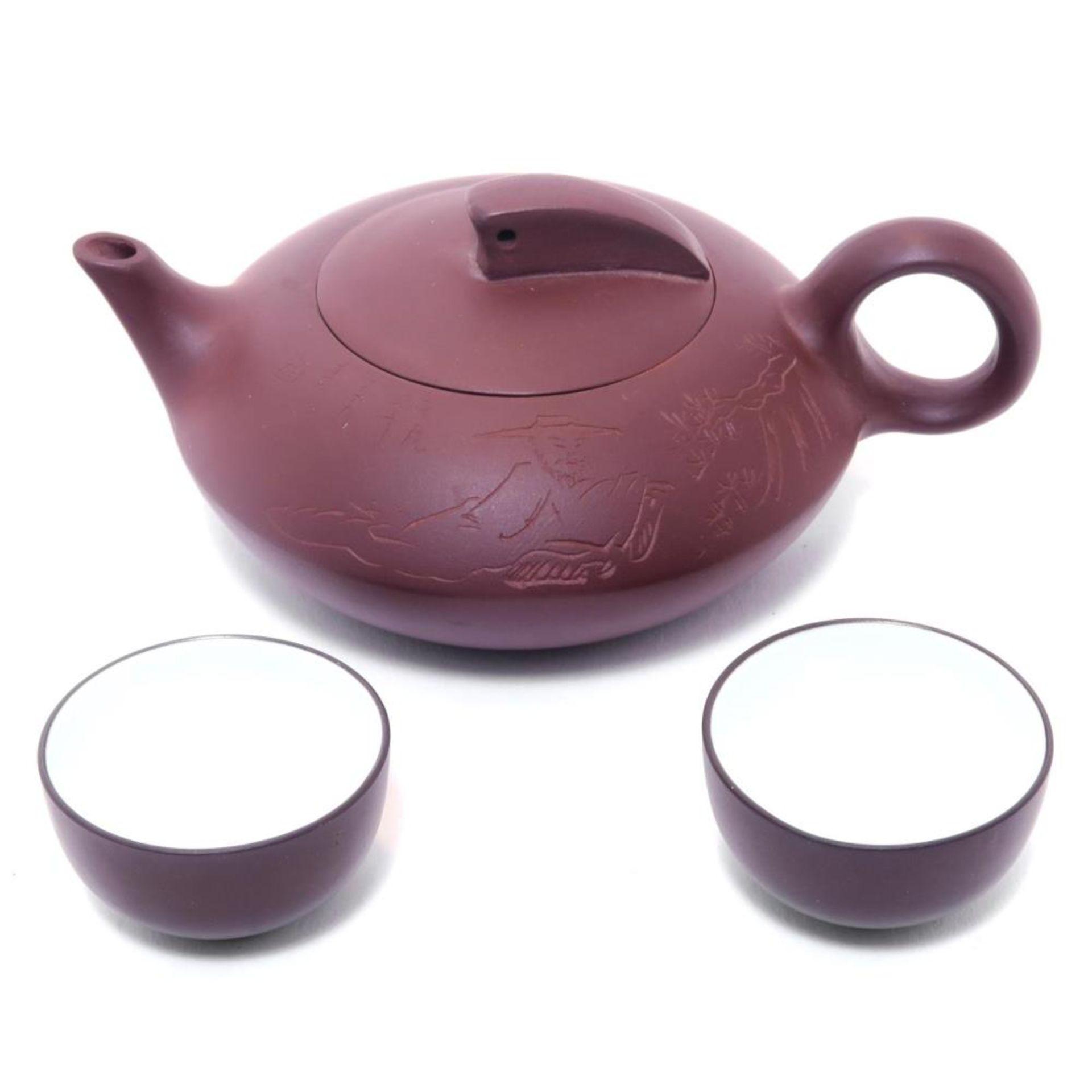 Teekännchen mit zwei Tässchen