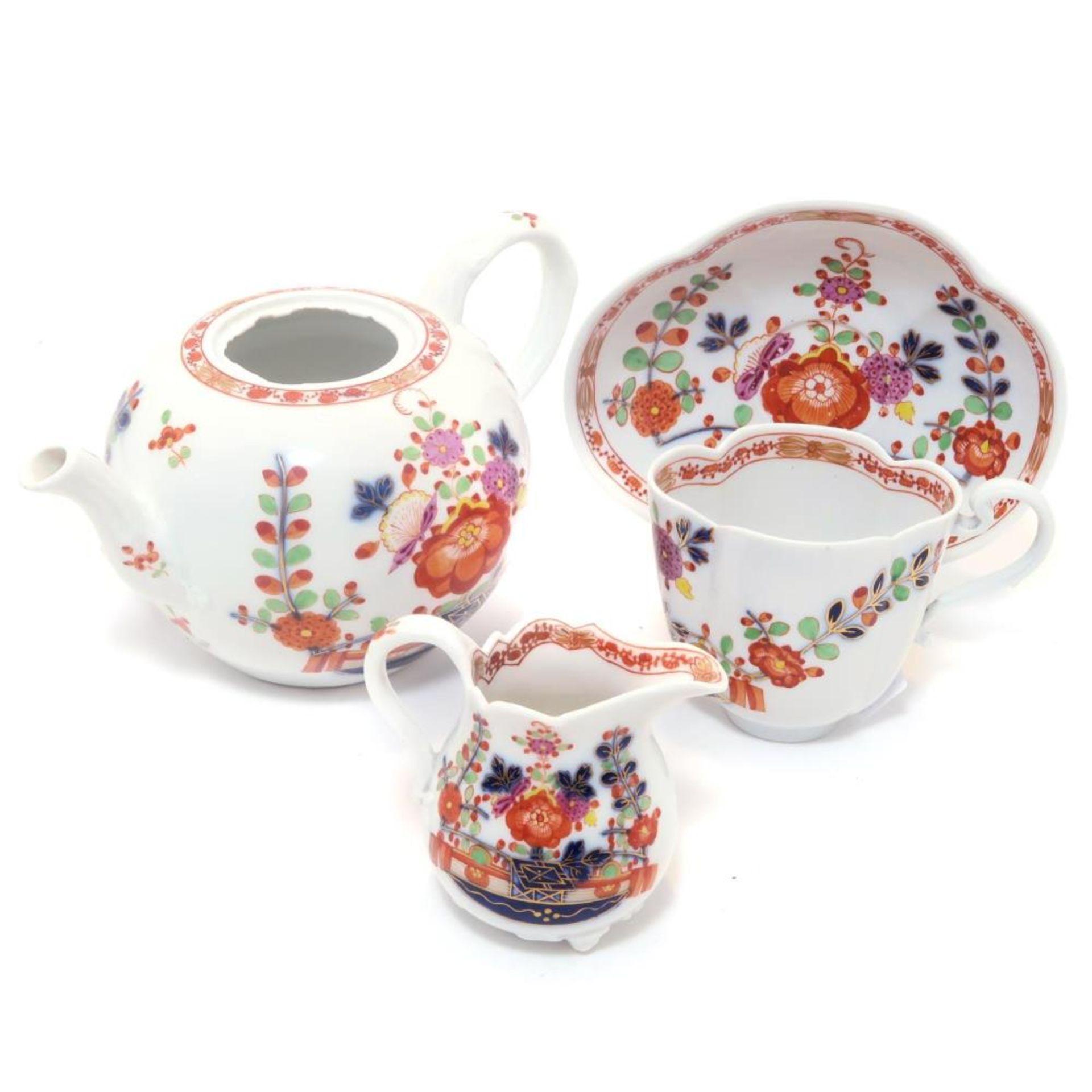 Teekännchen, Milchkännchen, Tasse und Untertasse
