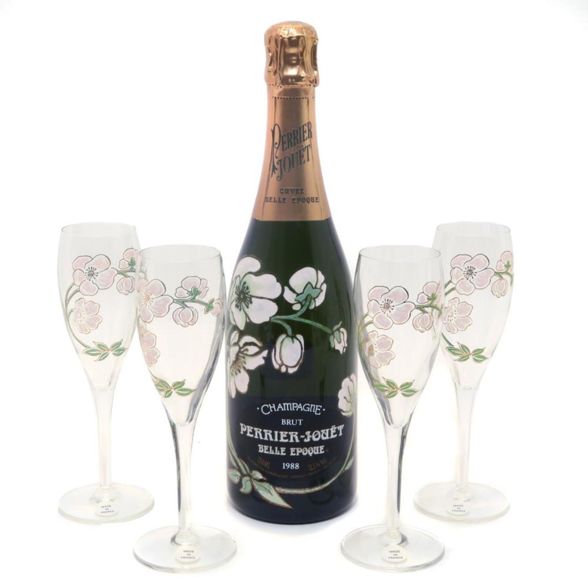 Eine Flasche Champagner Perrier-Jouët und vier Sektkelche