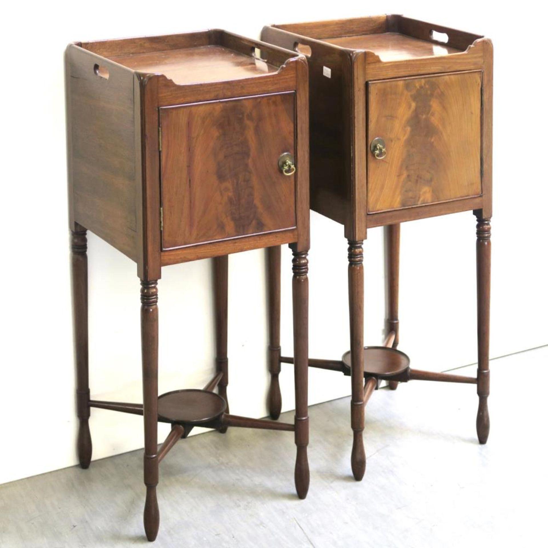 Ein Paar Nachttischchen