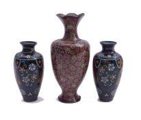 Drei kleine Balustervasen mit floralem