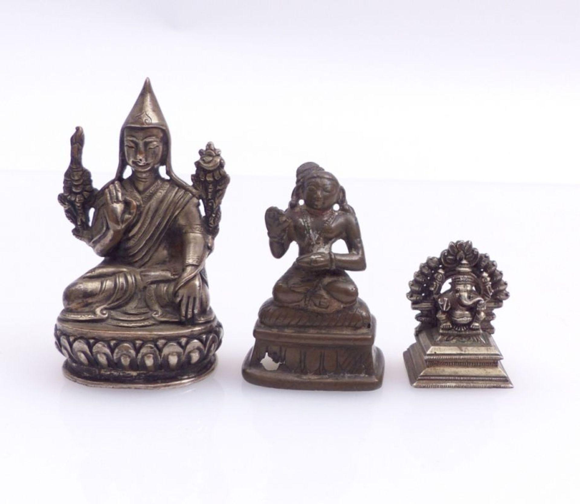 Drei Miniaturfiguren thronender, asiatischer Gottheiten