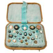 Sammlung von Mikromosaiken und Kameen im Etui