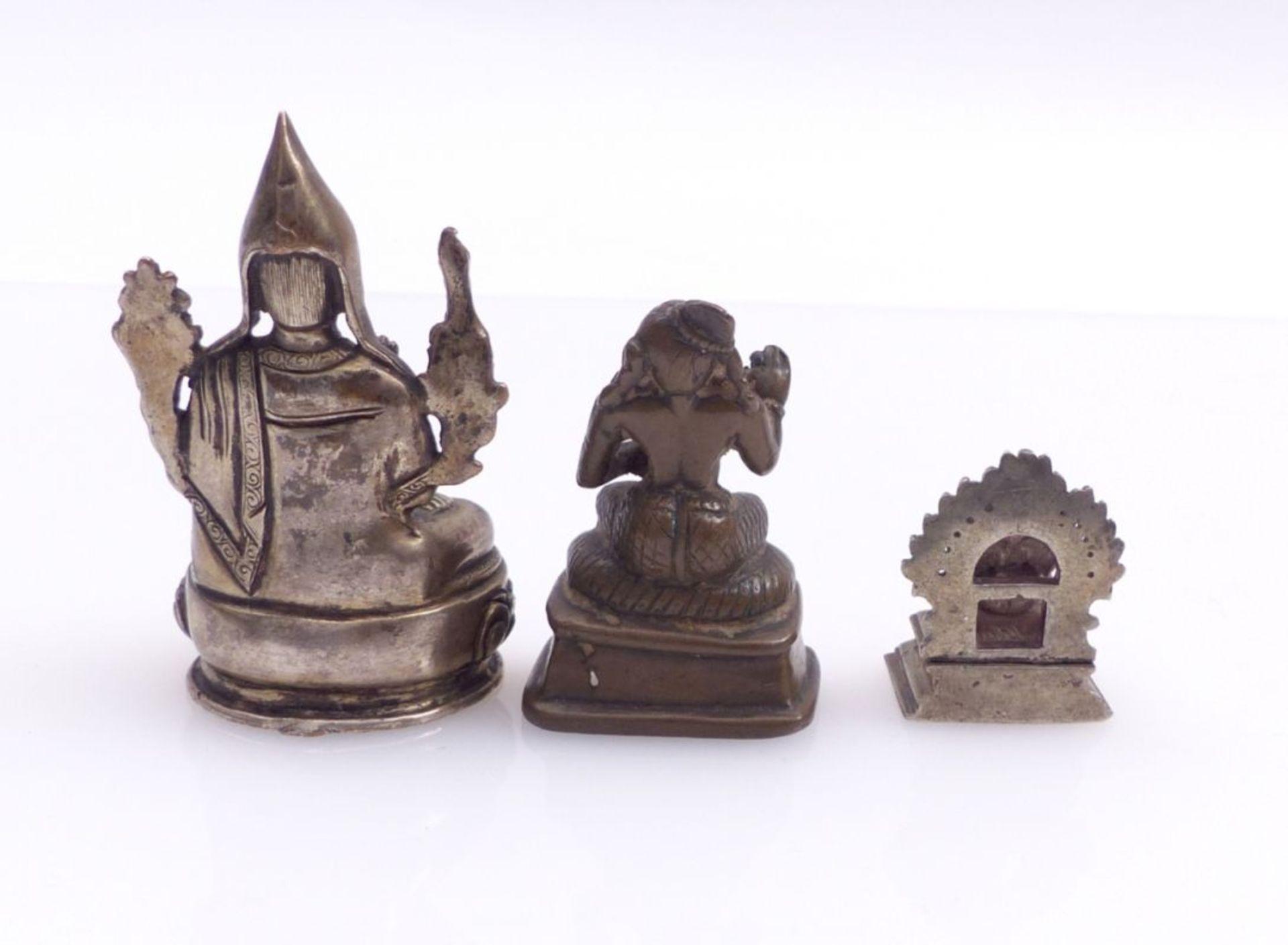 Drei Miniaturfiguren thronender, asiatischer Gottheiten - Bild 3 aus 4