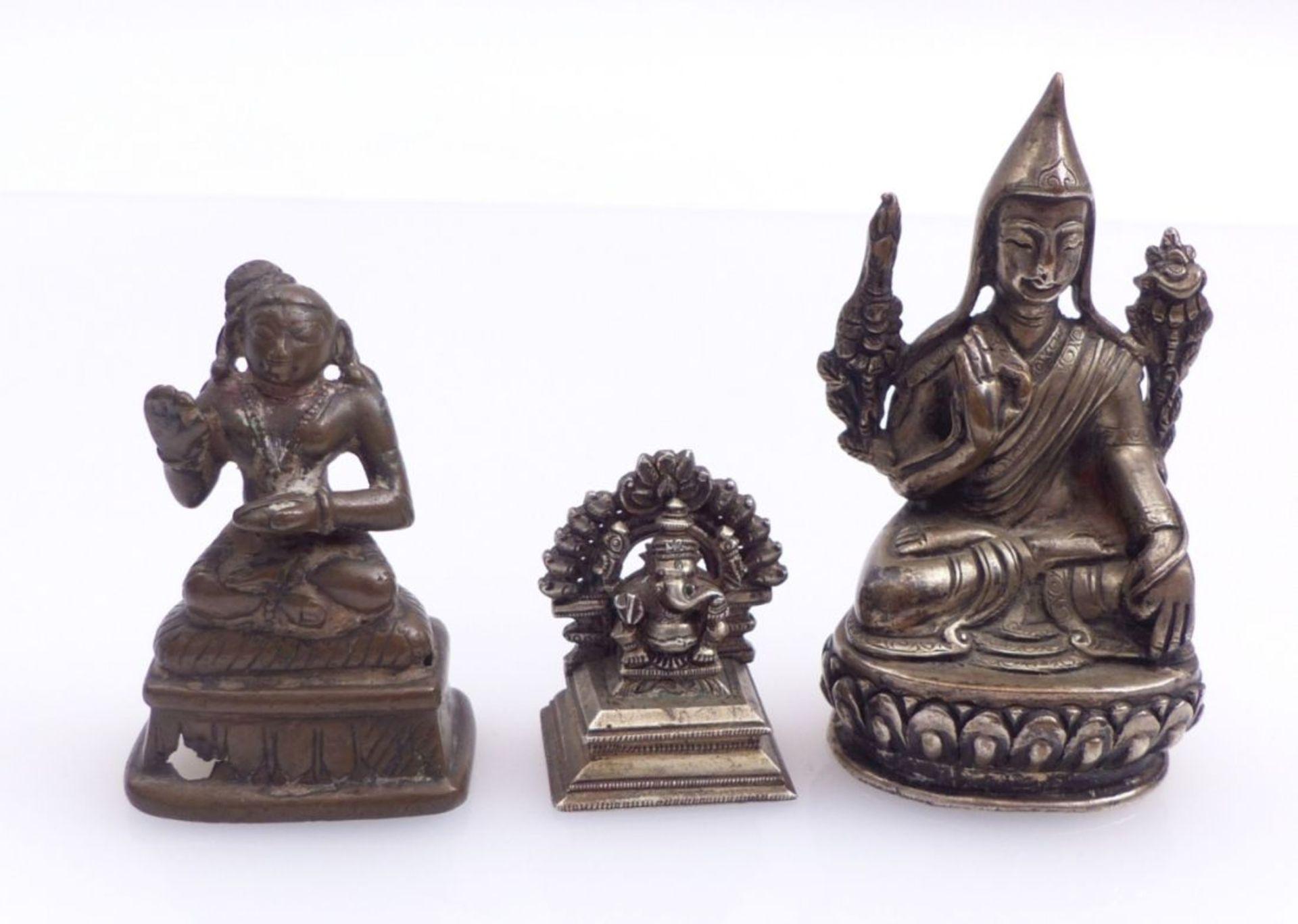 Drei Miniaturfiguren thronender, asiatischer Gottheiten - Bild 2 aus 4