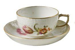 Tasse und Untertasse mit Blumendekor