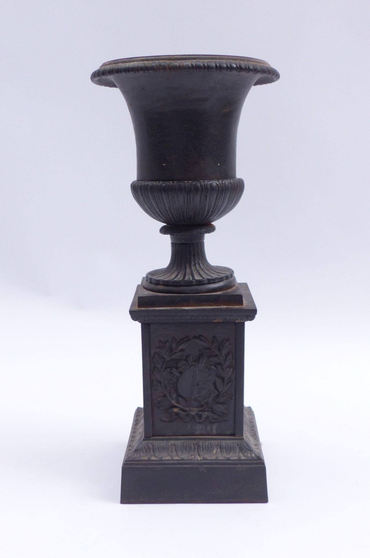 Vase auf Postament