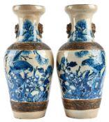 Paar Vasen mit Vogel-Fels-Dekor