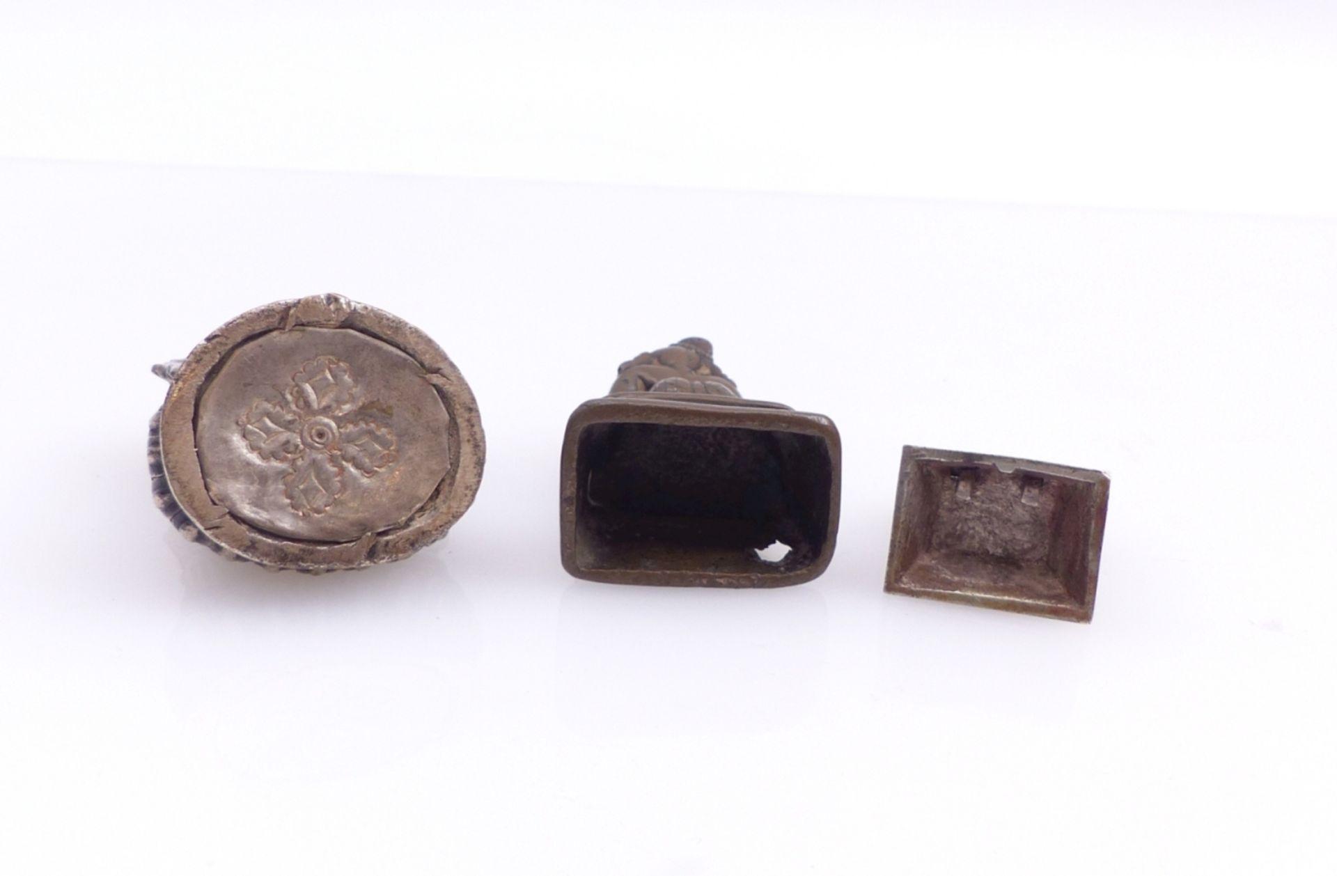 Drei Miniaturfiguren thronender, asiatischer Gottheiten - Bild 4 aus 4