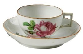 Tasse und Untertasse mit Rosendekor