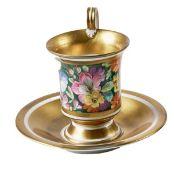 Goldfond-Tasse mit Blumenmalerei und originaler Untertasse