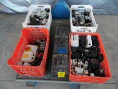 Contenido de cuatro cajas con protectores térmicos marca Square D, y tres interruptores termo
