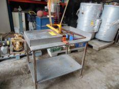 Una mesa de acero inoxidable con cizalla manual, con área de corte de 43 cm, cuchilla fabricada
