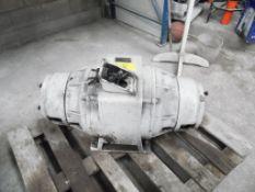 Motor eléctrico de 50 hp, 1185 rpm, 230-460 volts, cuenta con dos tomas de fuerza. (Electric