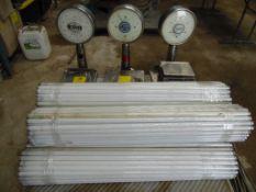 Cuatro basculas y cinco rollos con aproximadamente 500 luminaria. (Four scales and five rolls with