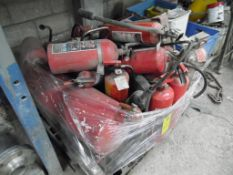Tarima con aproximadamente 17 extintores de diferentes capacidades (approximately 17 fire