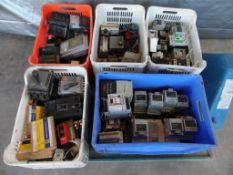 Contenido de cinco cajas de plástico con aproximadamente 15 variadores de frecuencia diferentes