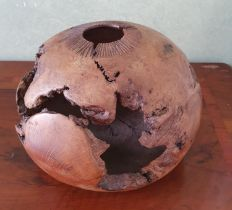 A carved Oak Knot by Emmet Kane, signed and dated 95 underneath. (Emmet Kane made items for The