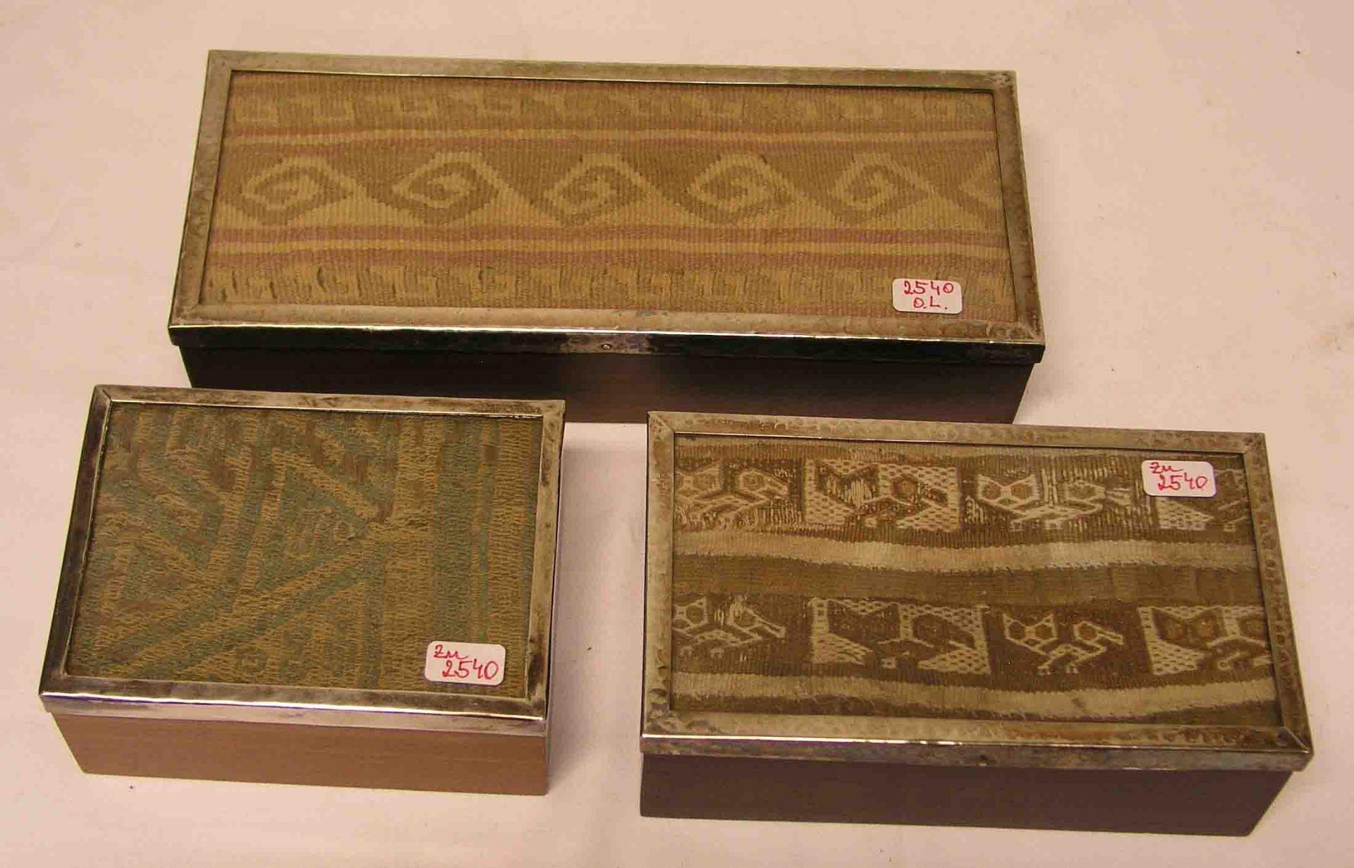 Posten von drei Deckeldosen. Holz.