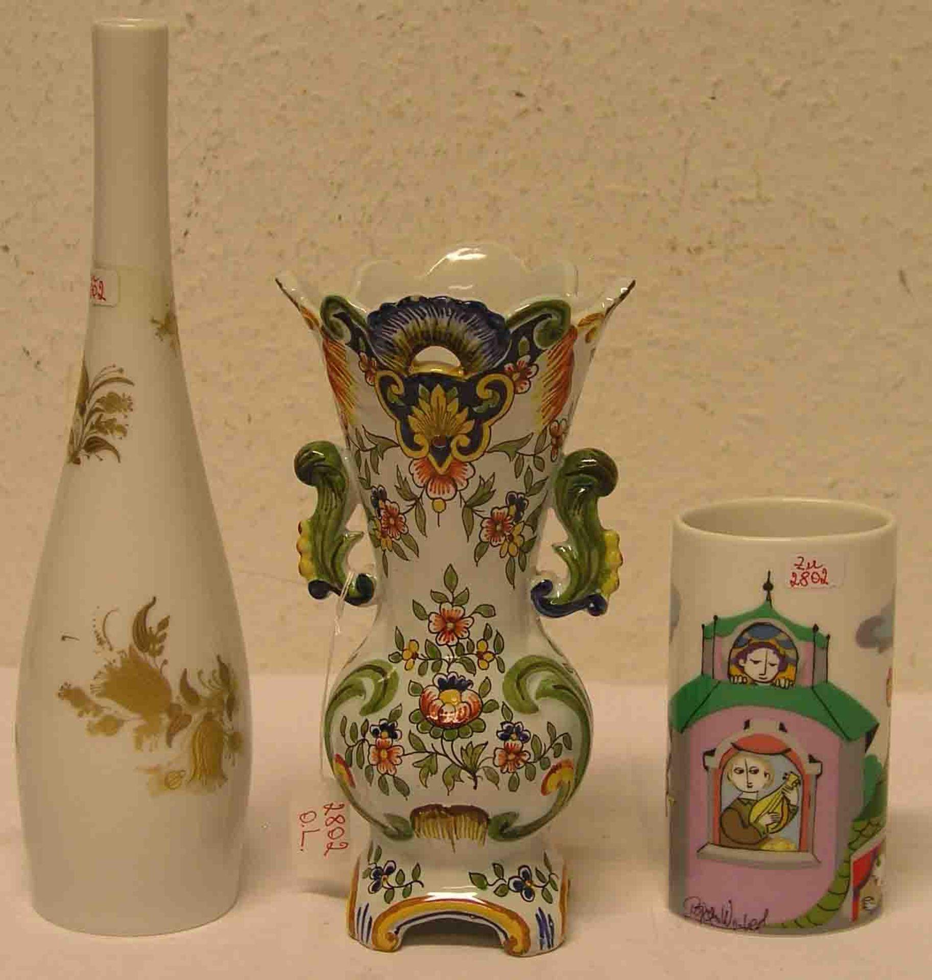 Posten von drei Vasen. Zwei davon