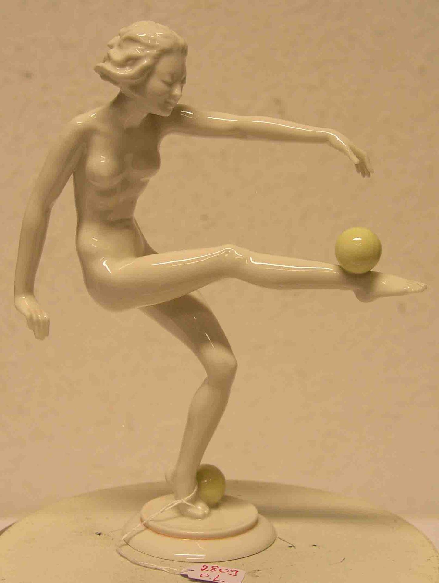 """""""Frauenakt mit Kugel"""". Porzellanfigur,"""