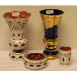 Zwei Vasen, Gefäß und Ascher.