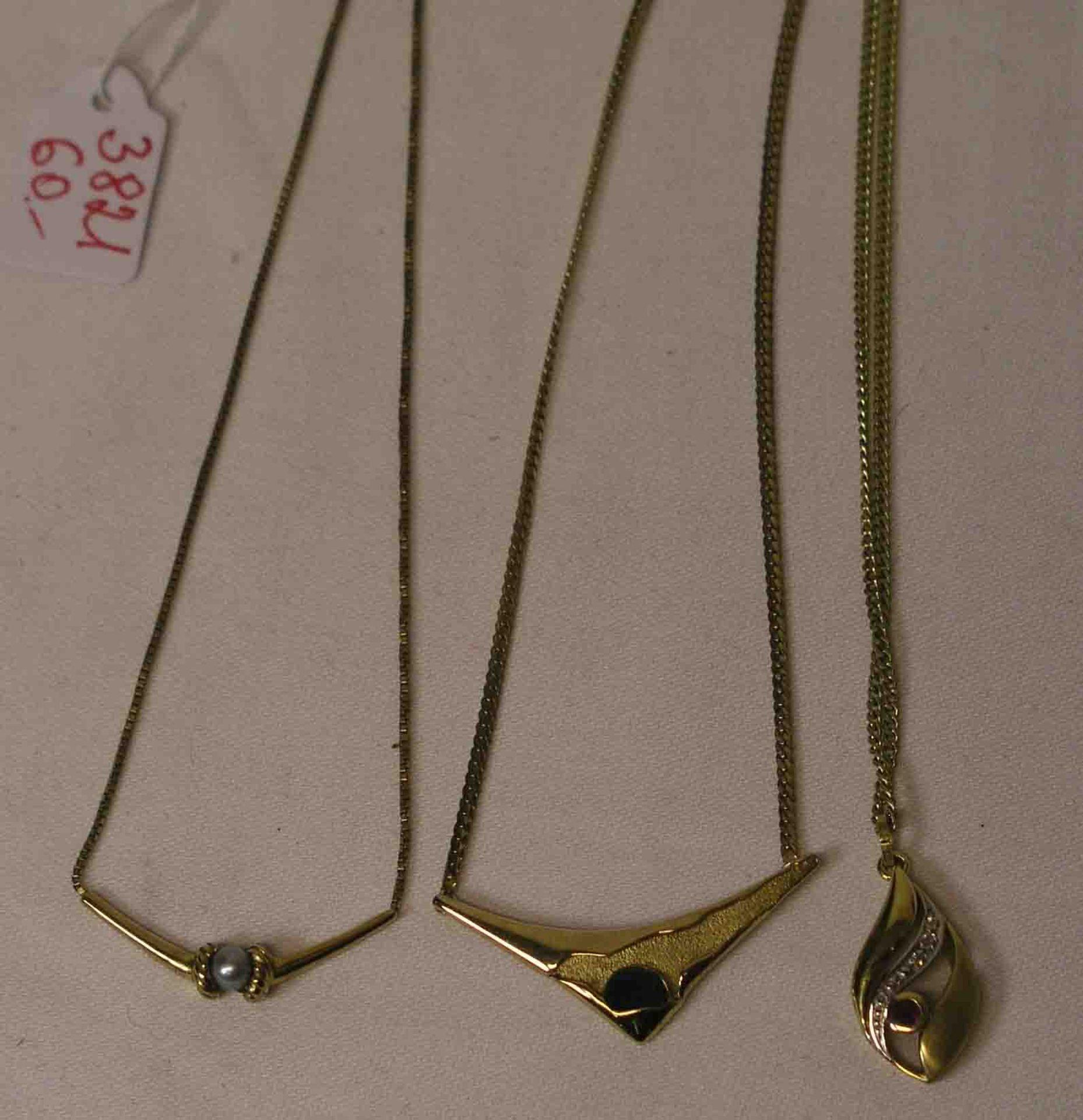 Drei Halsketten. 8 Kt. Gold.